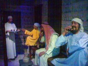 घरात बसलेले अरब.....हे देखील पुतळे आहेत
